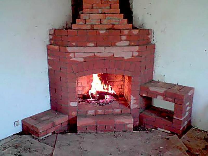 Кирпичный камин строится вместе с домом