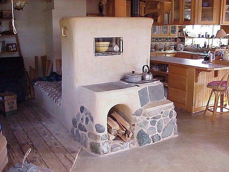 Печка с невысокой лежанкой и оштукатуренной поверхностью