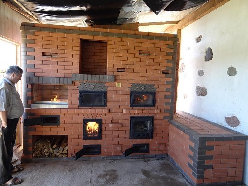 Массивная печь-камин с дровницей и лежанкой