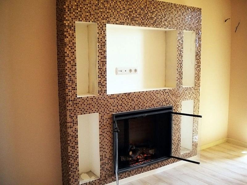 Использование для облицовки камина плитки мозаики