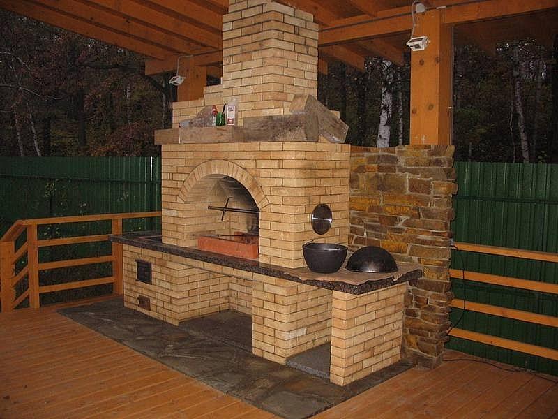Кирпичная печь в деревянной высокой беседке