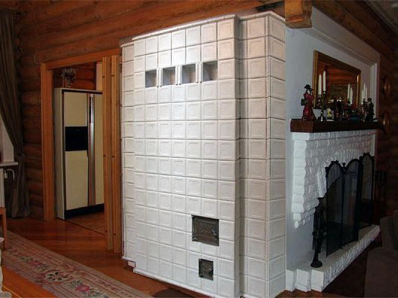 Белая печь облицована плиткой