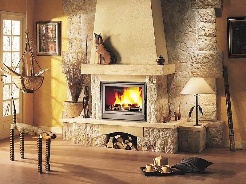 Пристенная печь камин с деревянной полкой