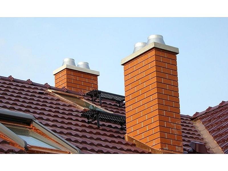 Два кирпичных дымохода для одного дома