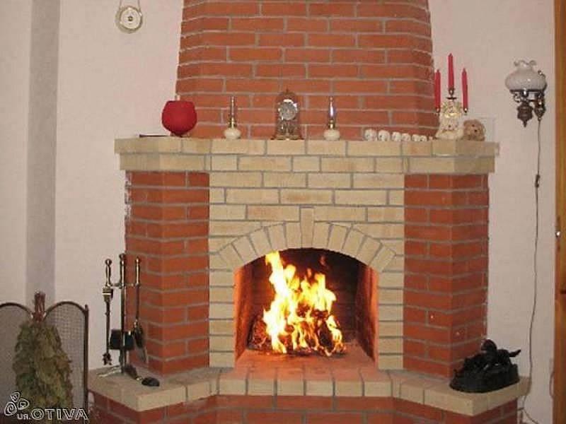 Угловой камин из красного и шамотного кирпича