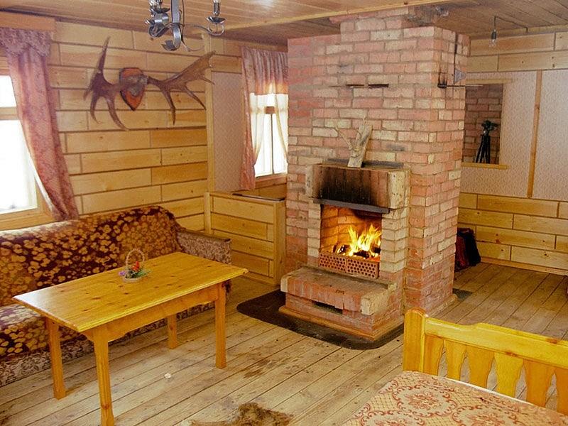 Кирпичная дровяная печь-камин в деревянном доме